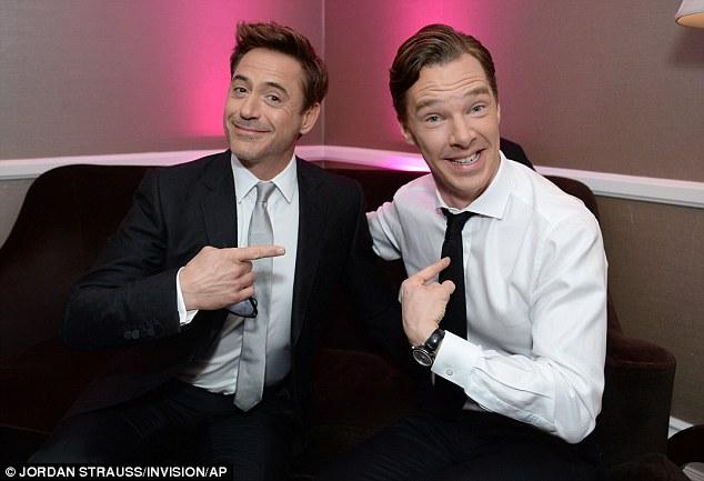 Cumberbatch e Downey Jr. se investigam em trajes civis depois de atuarem como Sherlock Holmes no cinema e na TV, respectivamente.