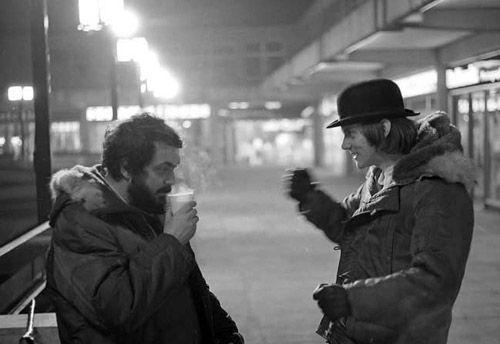 Bastidores do filme Laranja Mecânica. Kubrick e McDowell conversam no set de filmagem.