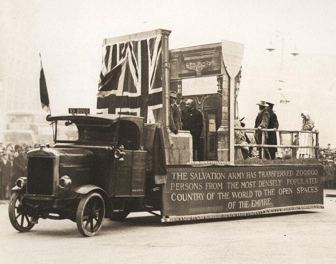 Alegoria mostra a ajuda prestada pelo Exército da Salvação a mais de duzentos mil britânicos na imigração para as colônias, no início do século 20.