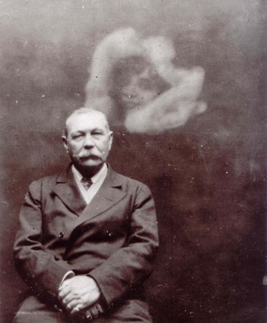 """Fotografia de espírito de Arthur Conan Doyle tirada pela """"fotógrafa espiritual"""" e médium Ada Deane, em 1922,n o mesmo ano em que The Coming of the Fairies de Conan Doyle foi publicado."""