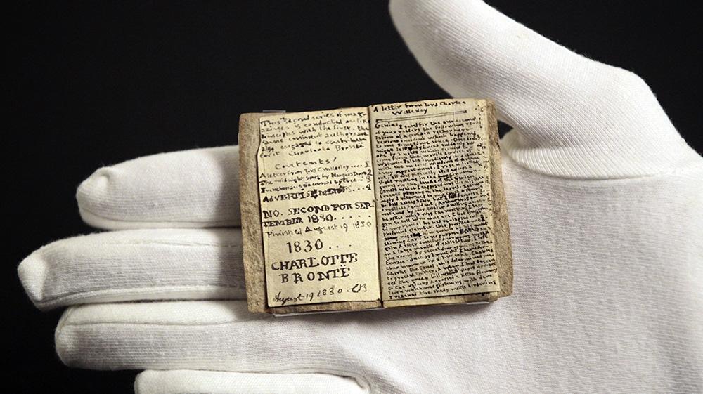 Manuscrito em miniatura datado de 1830, escrito por Charlotte Brontë quando ela tinha 14 anos. Ele contém mais de quatro mil palavras em dezenove páginas. Foto de Charles Platiau / Reuters
