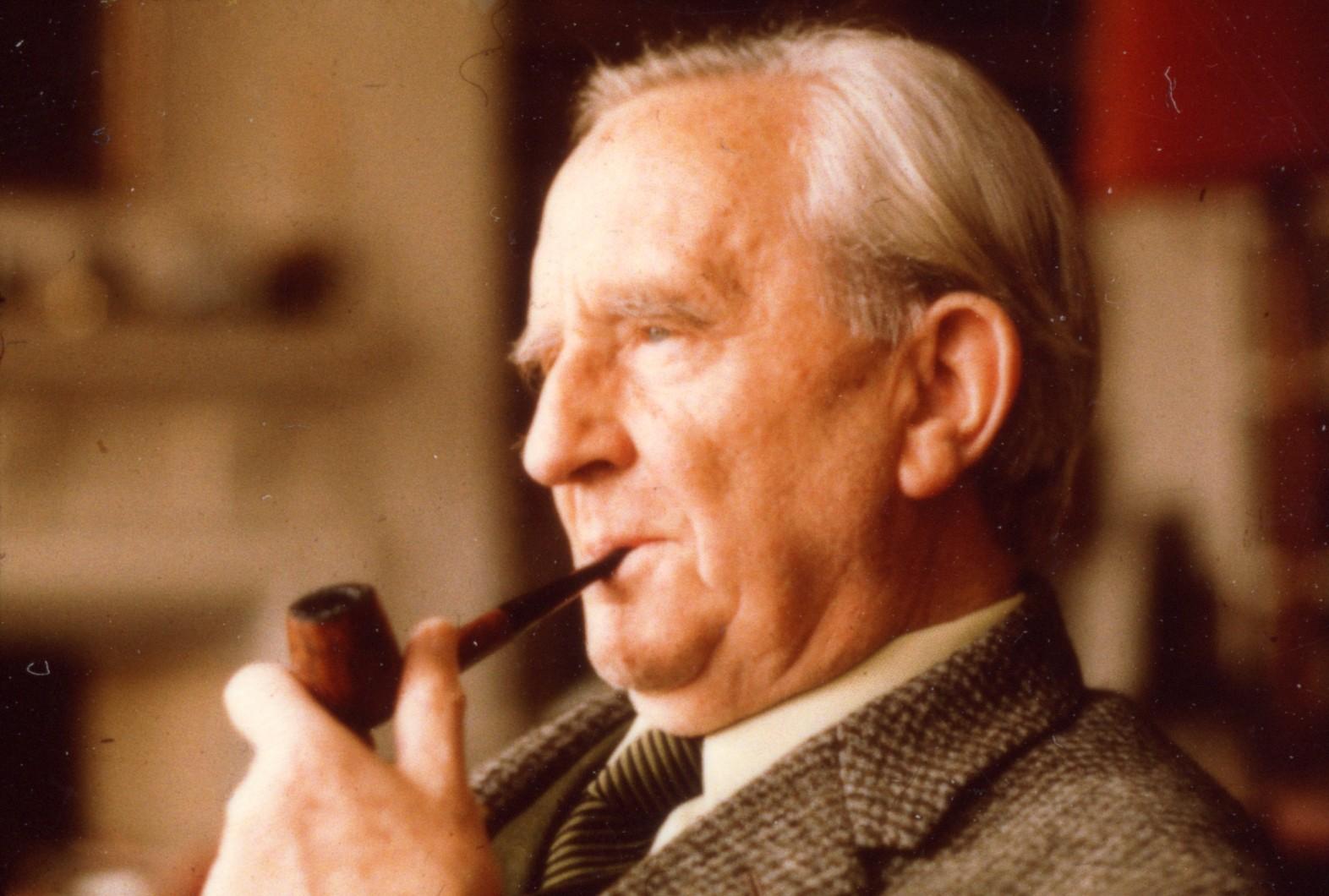 John Ronald Reuel Tolkien, conhecido internacionalmente por J. R. R. Tolkien, foi filólogo, professor e autor de livros como O Senhor dos Anéis e O Hobbit.