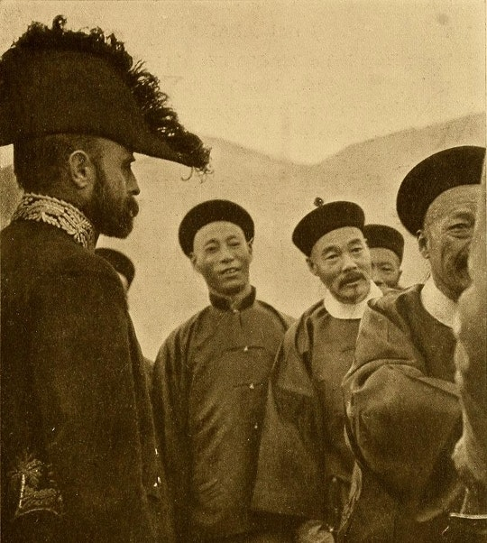 Detalhe de uma fotografia de A abertura do Tibete (1905), de Perceval Landon, na qual se vê os representantes chineses em Lassa encontrando-se com o coronel Younghusband, em 1904, pela primeira vez - Fonte.