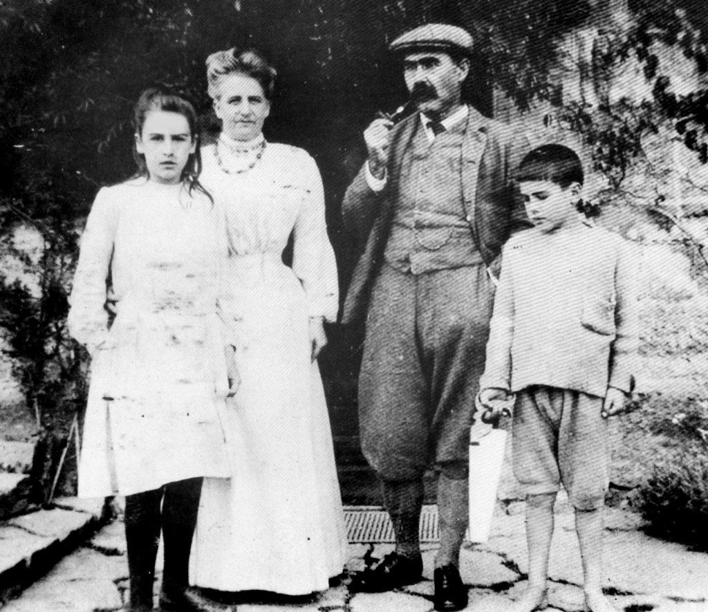 A família Kipling já sem Josephine e com John à direita.