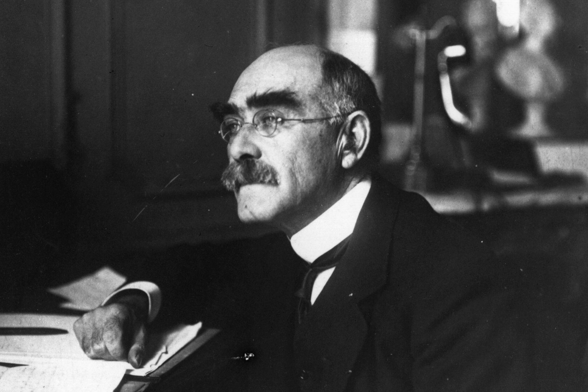 Rudyard Kipling em seu estúdio.