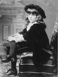 Vivian Burnett vestido como o pequeno lorde.