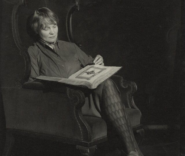Iris Murdoch por Madame Yevonde (National Portrait Gallery)