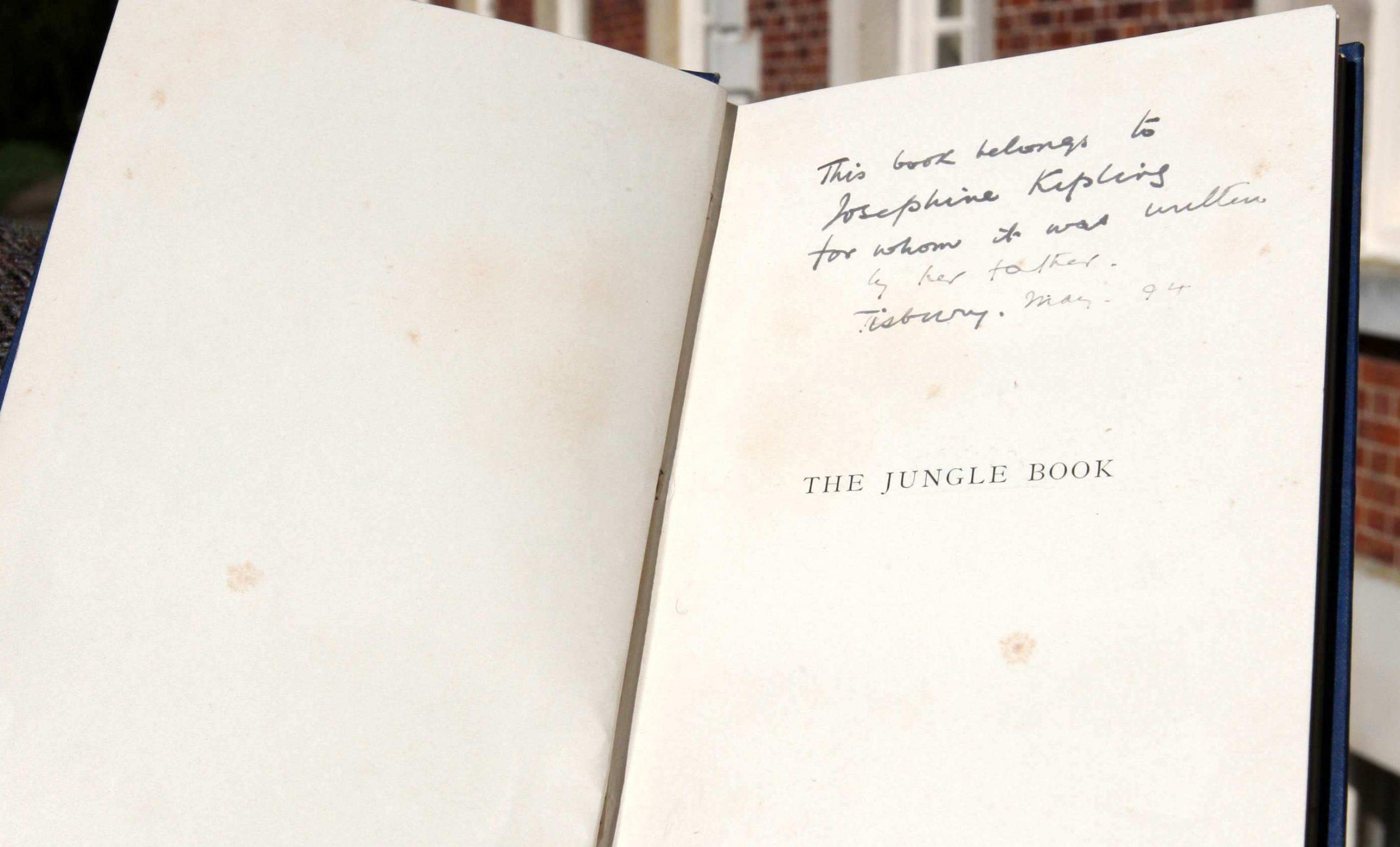 """Na dedicatória: """"Este livro pertence a Josephine Kipling, para quem ele foi escrito por seu pai."""""""